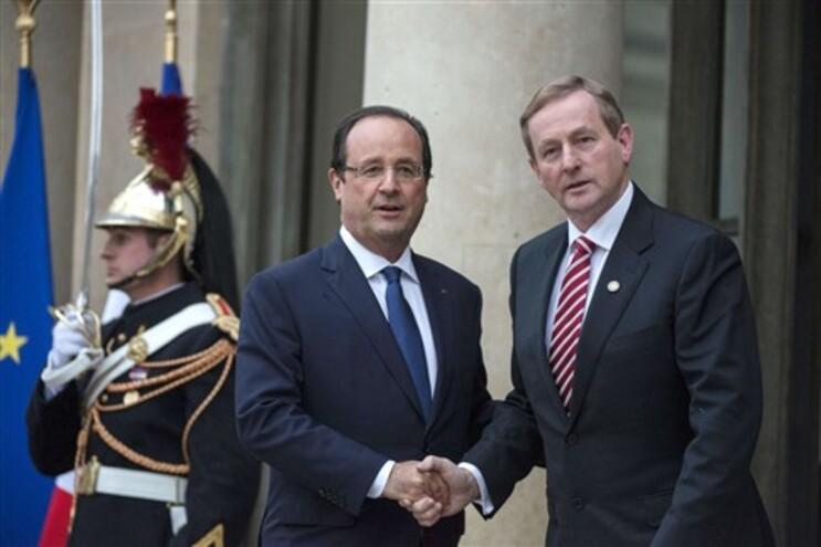 O presidente francês François Hollande cumprimenta o primeiro-ministro irlandês Enda Kenny (à direita)