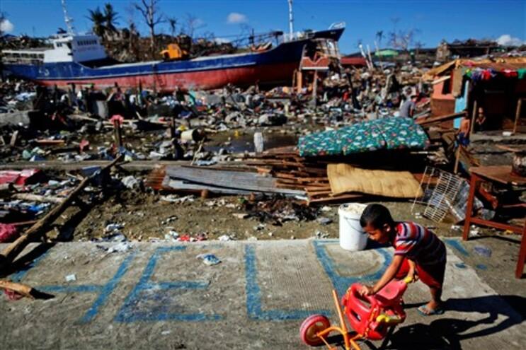 Número de vítimas do tufão Haiyan nas Filipinas aproxima-se dos quatro mil