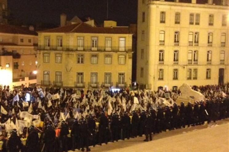 Ânimos exaltados em frente às escadarias que dão acesso ao Parlamento