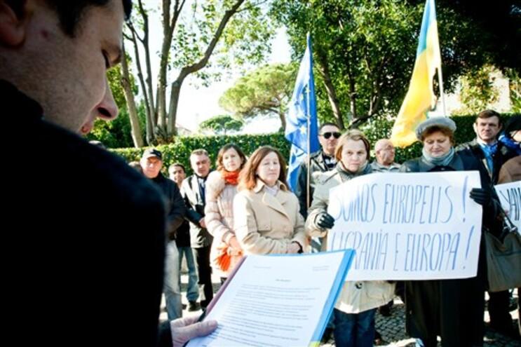 Protesto realizou-se em frente à Embaixada da Ucrânia