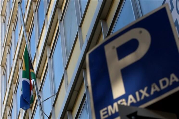 Bandeira da África do Sul a meia haste na embaixada em Lisboa