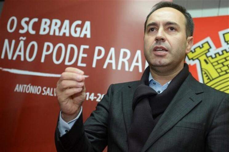 António Salvador na sede do Arsenal Clube da Devesa