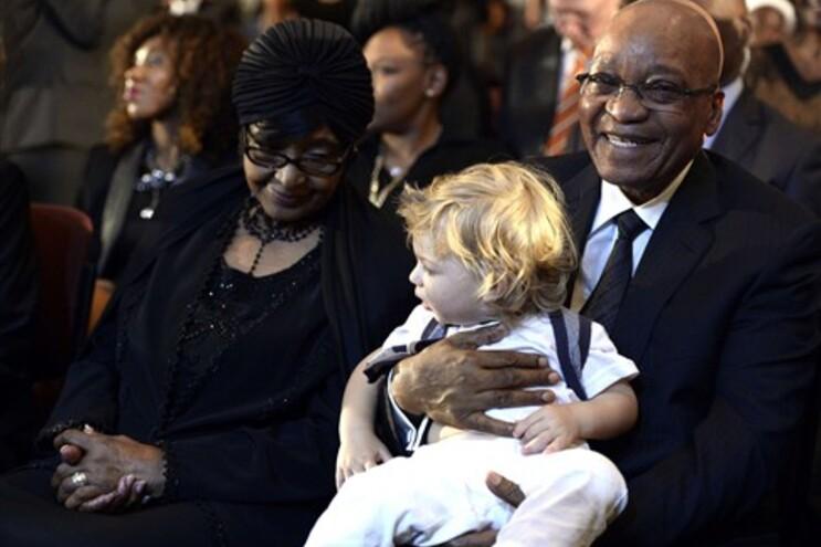 Winnie, ex-mulher de Mandela, assistiu à missa ao lado do presidente Jacob Zuma