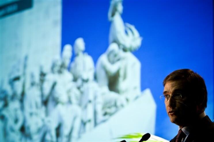 """Passos Coelho justifica medidas duras com programa da 'troika' """"mal calibrado"""""""