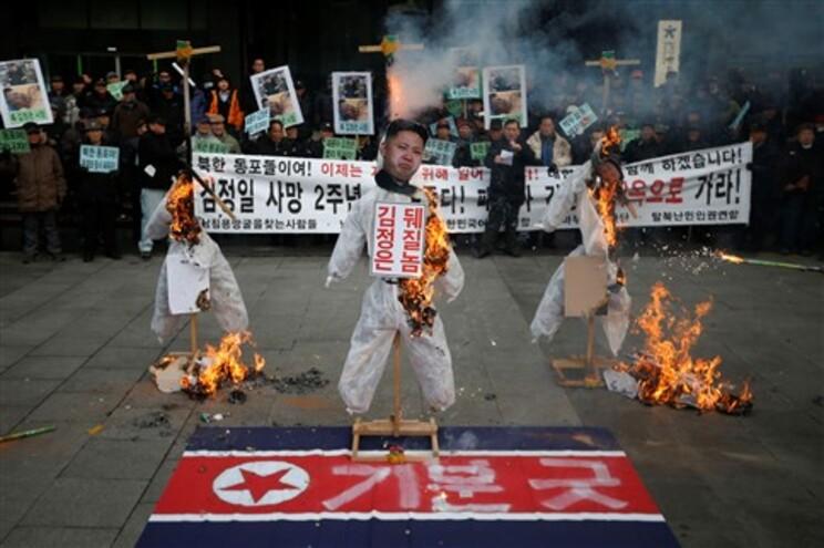 Protestos em Seul (Coreia do Sul) contra os líderes da Coreia do Norte quando se assinalam dois anos