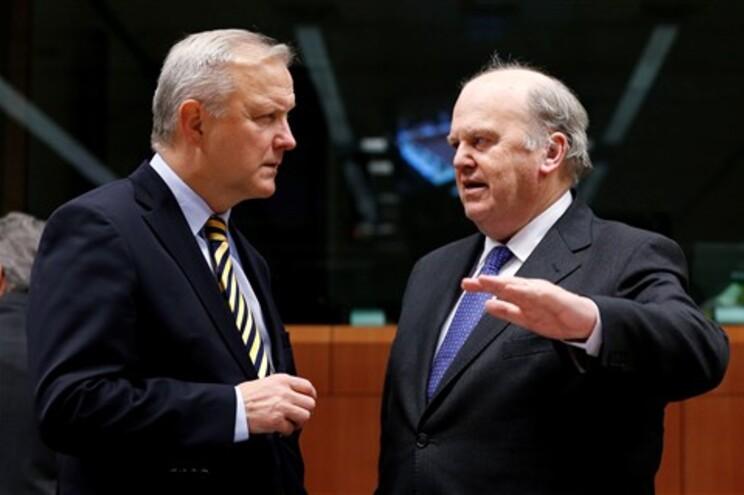 O comissário responsável pela política económica e monetária, Olli Rehn, com o ministro das Finanças