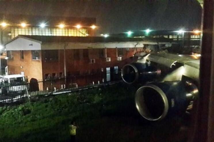Fotografia de um passageiro mostra a asa do avião presa no edifício