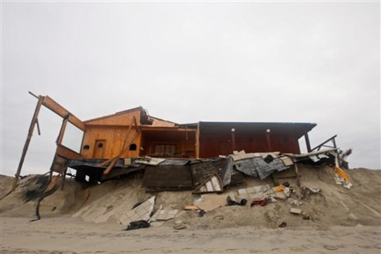 Bar de praia em Aveiro destruído pelas ondas