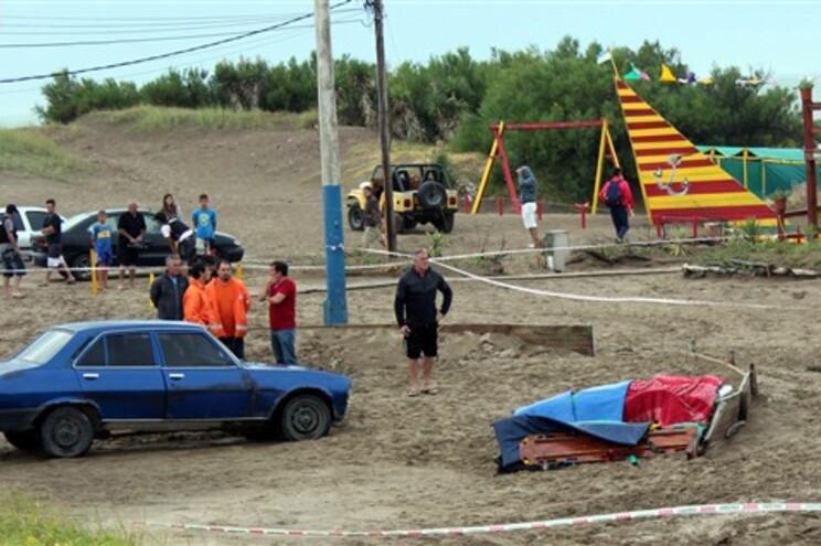 Vítimas procuraram abrigo debaixo dos toldos da praia