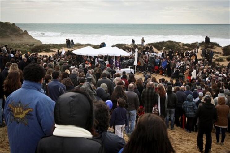 Centenas de pessoas assistiram à homenagem aos seis jovens