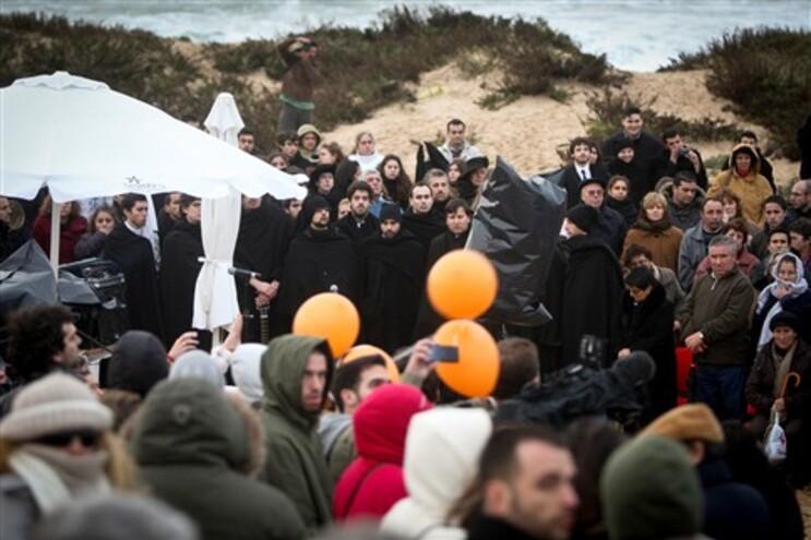 Foi celebrada uma missa na praia onde os jovens foram levados pelo mar