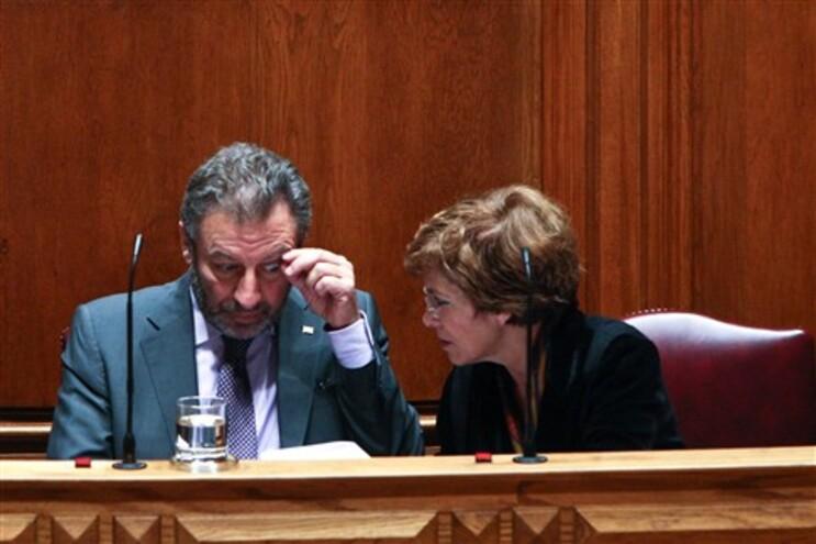 Ministro da Educação, Nuno Crato, acompanhado da secretária de Estado da Ciência, Leonor Parreira