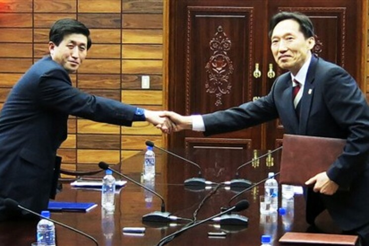 O chefe da delegação norte-coreana Park Yong Il (esquerda) cumprimenta o homólogo do sul, Lee Duk-haeng