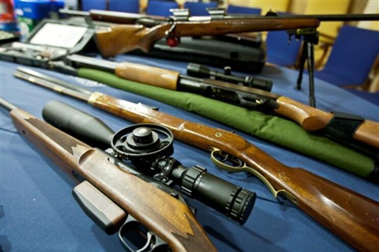 Apreendidas 19 armas de fogo e 16 armas brancas em casa de suspeito de violência doméstica