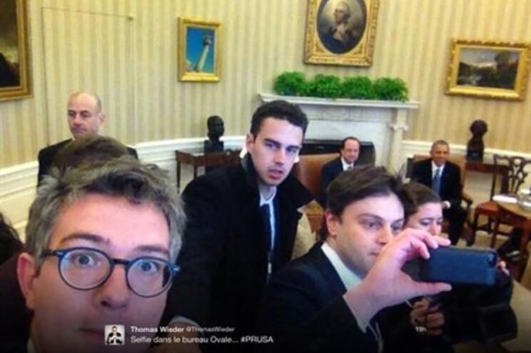 """""""Selfies"""" dos jornalistas franceses em plena Sala Oval com Obama e Hollande em fundo"""