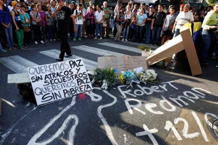 Estudantes protesta junto ao local onde morreu um manifestante, na quarta-feira