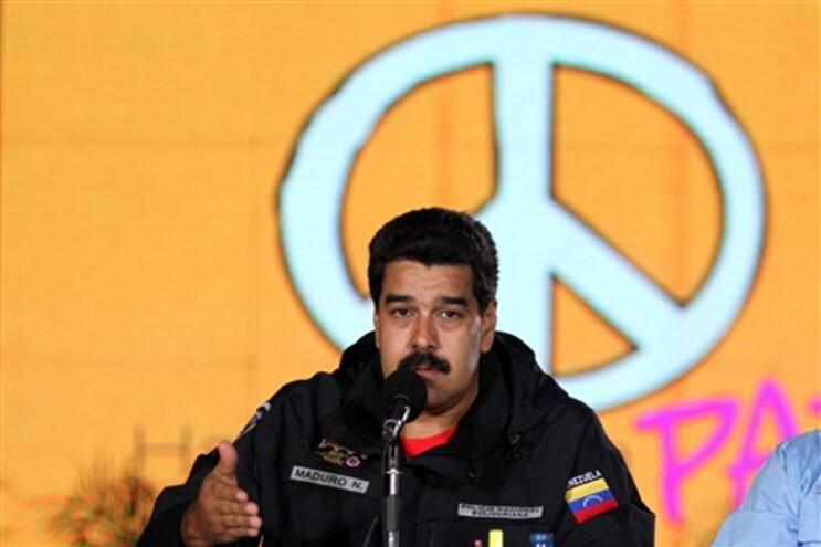 Nicolás Maduro a falar em frente ao símbolo da Paz