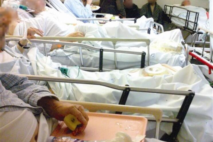 Doentes com pulseira laranja amontoados nas urgências