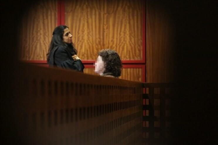 A acusada durante a audiência em tribunal
