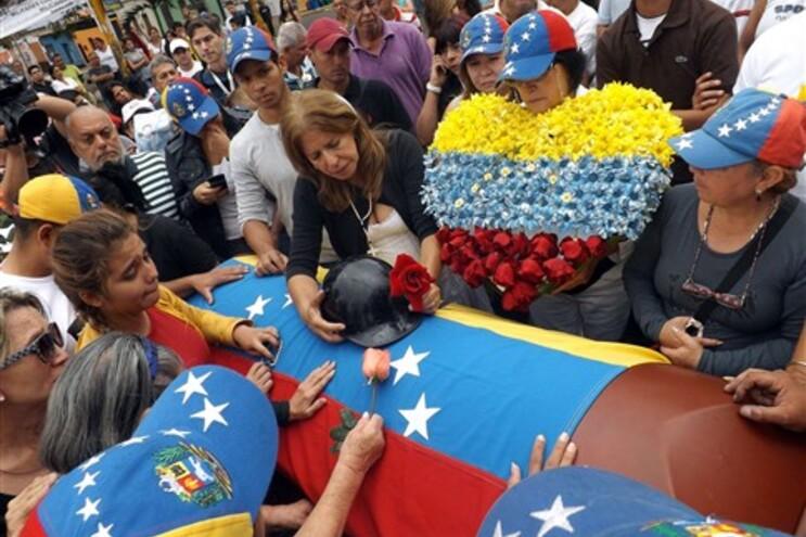 Caixão de estudante morto nas manifestações em Caracas