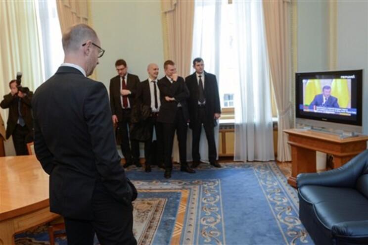 Primeiro-ministro interino assiste a mensagem do presidente deposto