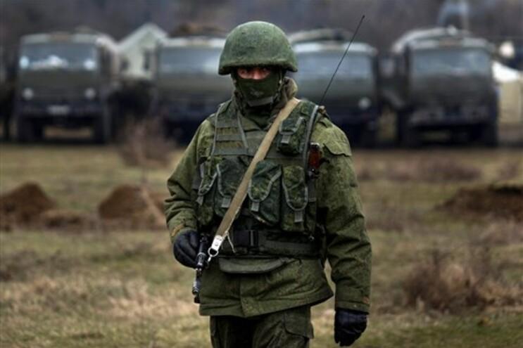 Homens armados, que se acreditem serem miltiares russos, vistos perto da cidade de Simferopol, na Crimeia