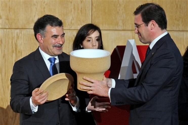 Emídio Sousa, presidente da Câmara de Santa Maria da Feira, oferece uma rolha em cortiça ao primeiro-ministro