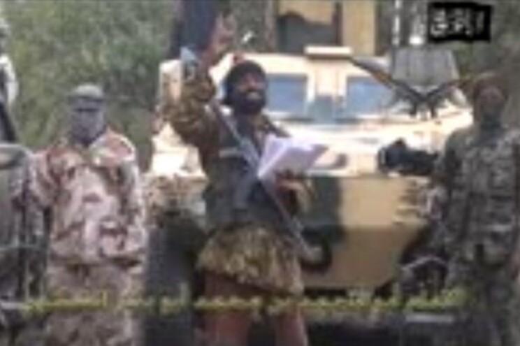 Nos primeiros 15 minutos do vídeo, Sekau critica a democracia