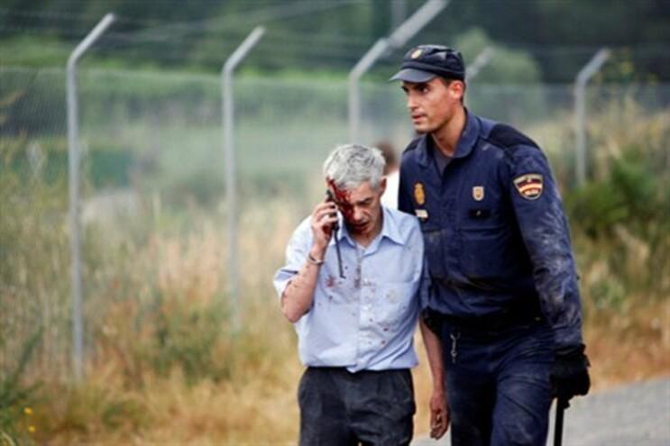 O maquinista ao telefone com a Renfe, após o acidente