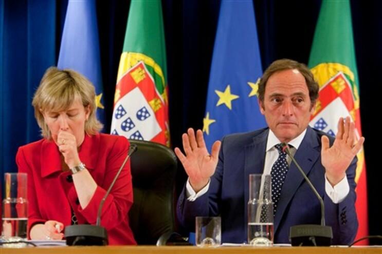 Maria Luís Albuquerque, Ministra das Finanças, e Paulo Portas, vice-Primeiro Ministro, assinam a carta