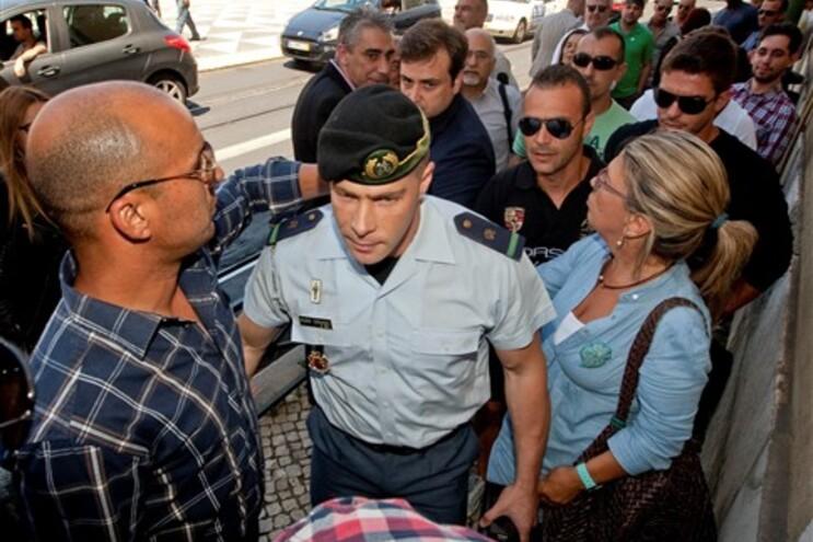 Hugo Ernano apoiado pelos colegas durante o julgamento