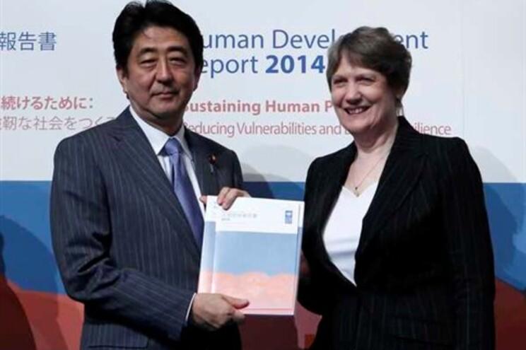 Primeiro-ministro do Japão, Shinzo Abe, com o Relatório do Desenvolvimento Humano da Organização das