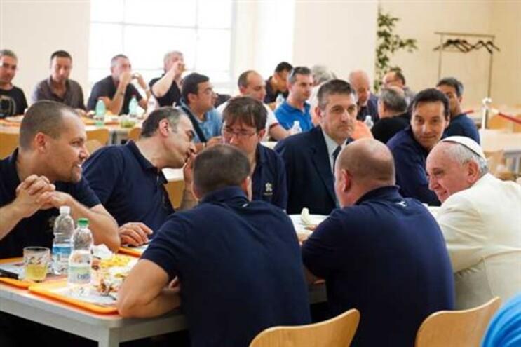 Papa voltou a surpreender, quando na sexta-feira (dia 25) apareceu na cantina do Vaticano e almoçou ao