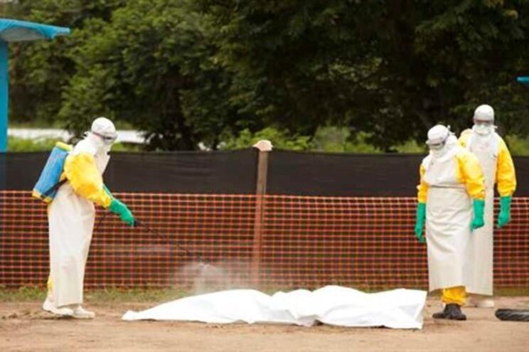 Pessoal médico desinfeta corpo de vítima do ébola