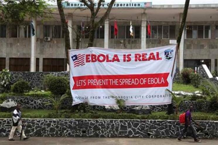 Cartaz de alerta sobre o vírus Ébola na Libéria