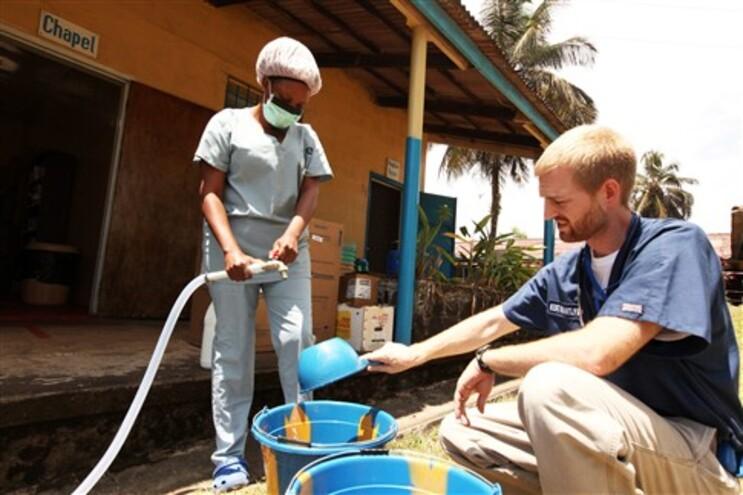 Kent Brantly fotografado a trabalhar numa clínica de combate ao ébola, na Libéria, a 11 de abril