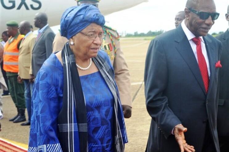 A presidente da Libéria, Ellen Johnson Sirleaf, num encontro com o homólogo da Guiné, Alpha Conde (à
