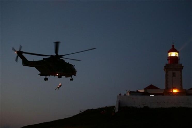 Operações de busca decorrem com a ajuda de um helicóptero