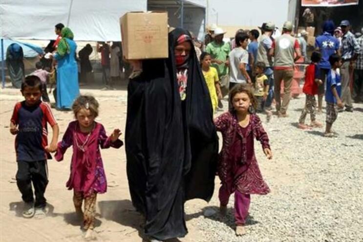 Civis obrigados a fugir dos combatentes do EI recebem ajuda humanitária