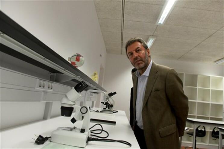 O ministro da Educação e Ciência, Nuno Crato, durante a visita à escola Josefa D´Óbidos, em Óbidos