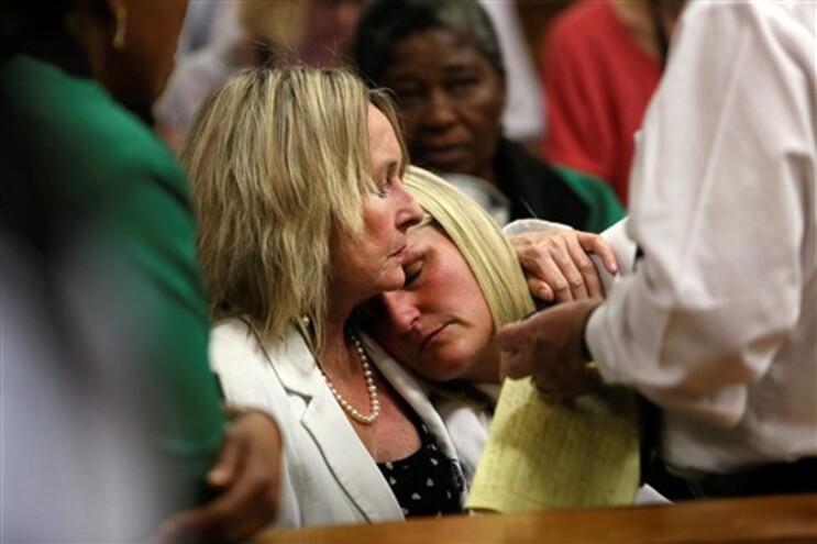 June Steenkamp (L), mãe de Reeva Steenkamp, conforta a prima, Kim Martin