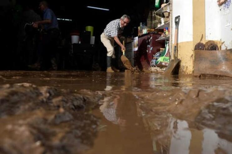 Chuva forte causou inundações e deixou as ruas da Lourinhã cobertas de lama