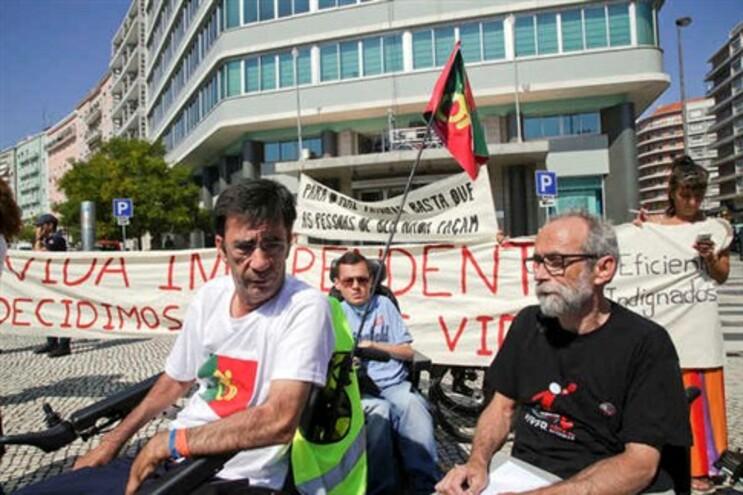 Eduardo Jorge (à esquerda) fez percurso de Abrantes a Lisboa em cadeira de rodas
