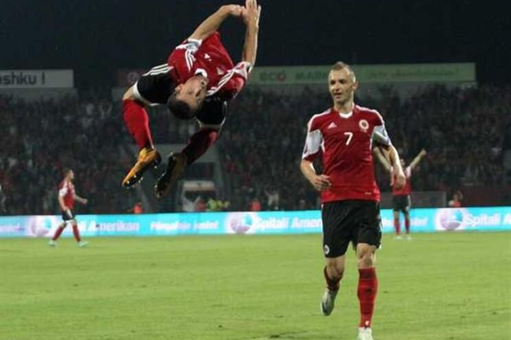Seleção da Albânia no jogo de sábado com a Dinamarca
