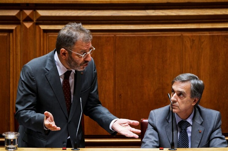 Nuno Crato ladeado pelo secretário que se demitiu, João Grancho