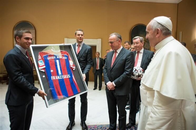 Capitães do Bayern de Munique entregam camisola ao Papa Francisco