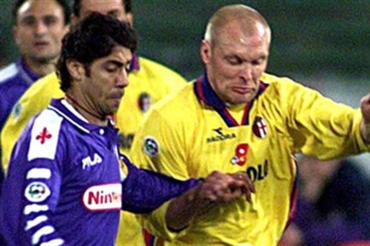Klas Ingesson, de amarelo, com as cores do Bolonha, luta com o ex-internacional português Rui Costa num