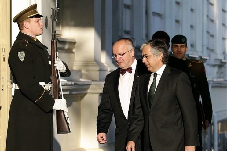 Aguiar Branco visitou militares portugueses na Lituânia