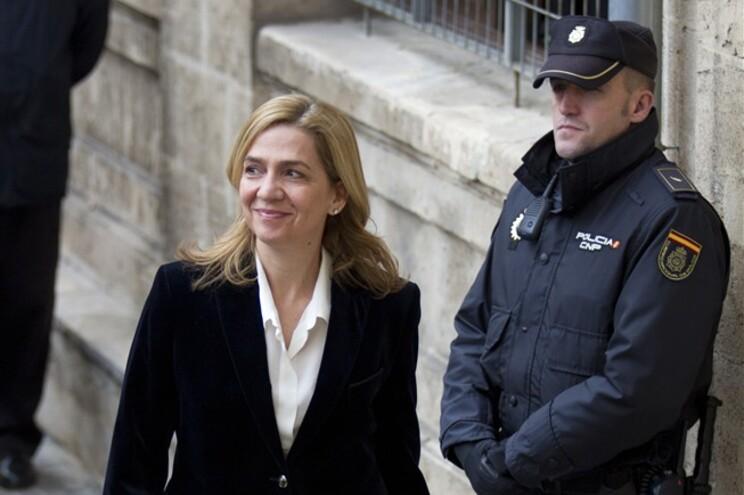 Justiça espanhola mantém irmã do rei como arguida mas só por fraude fiscal