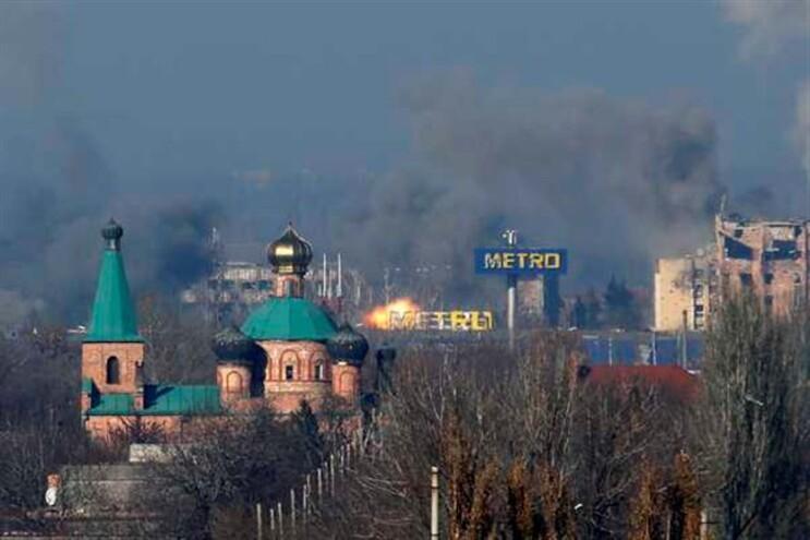 Coluna de fumo após combates no aeroporto internacional de Donetsk